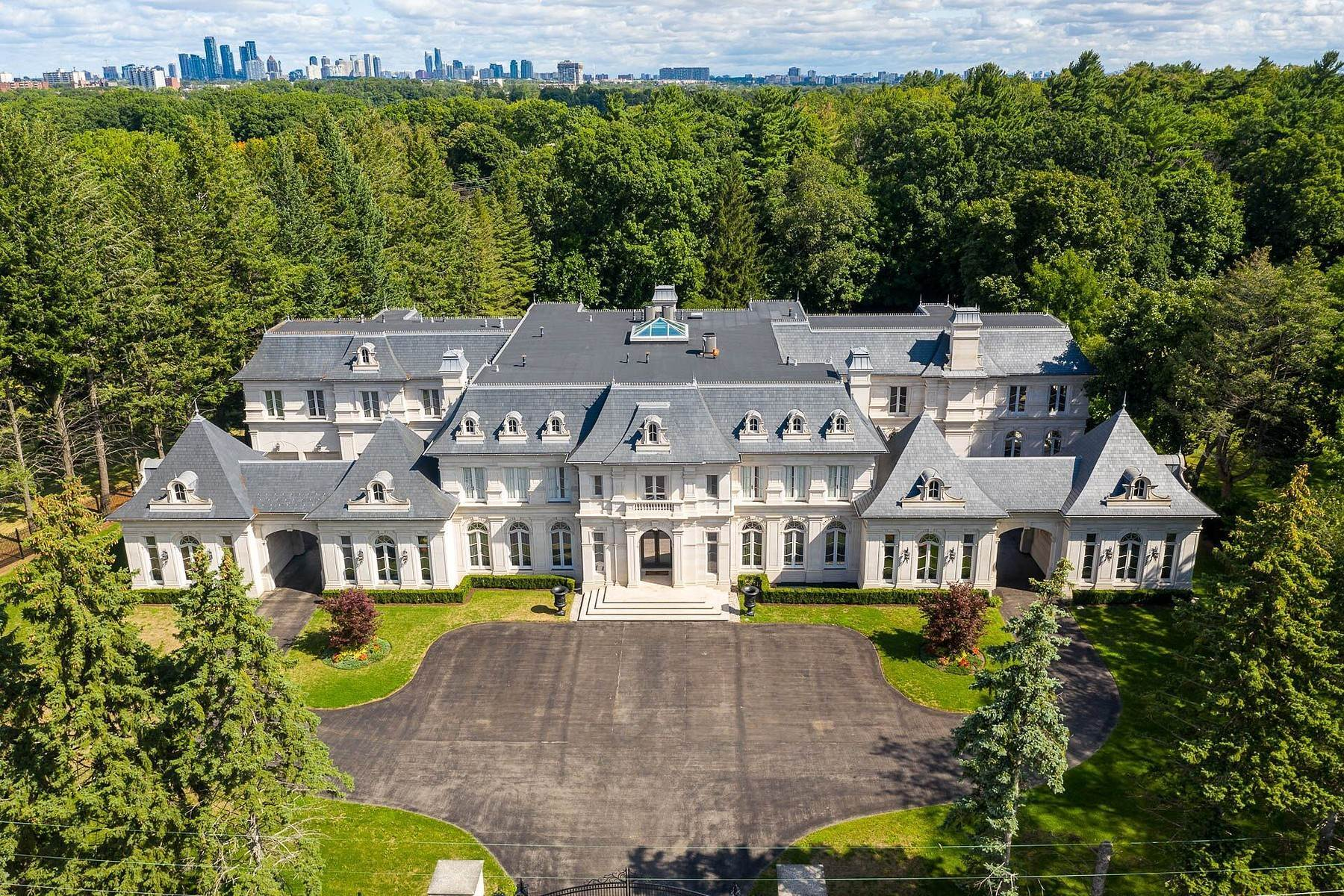 Single Family Homes 为 销售 在 Chateau Inspired Estate 2275 Doulton Drive 米西索加, 安大略省 L5H 3M2 加拿大