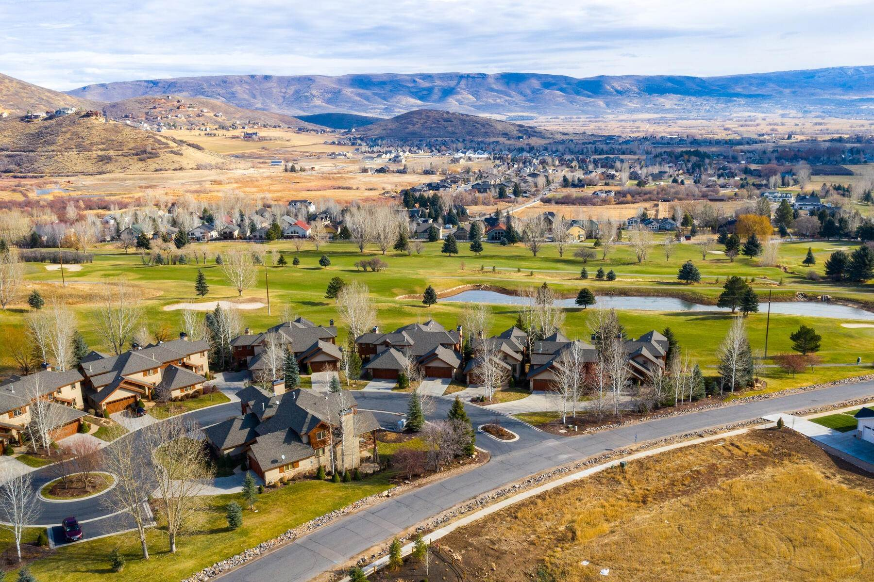 35. Single Family Homes for Sale at Coveted Turnberry Home in Midway 1075 N Turnberry Court Midway, Utah 84049 United States