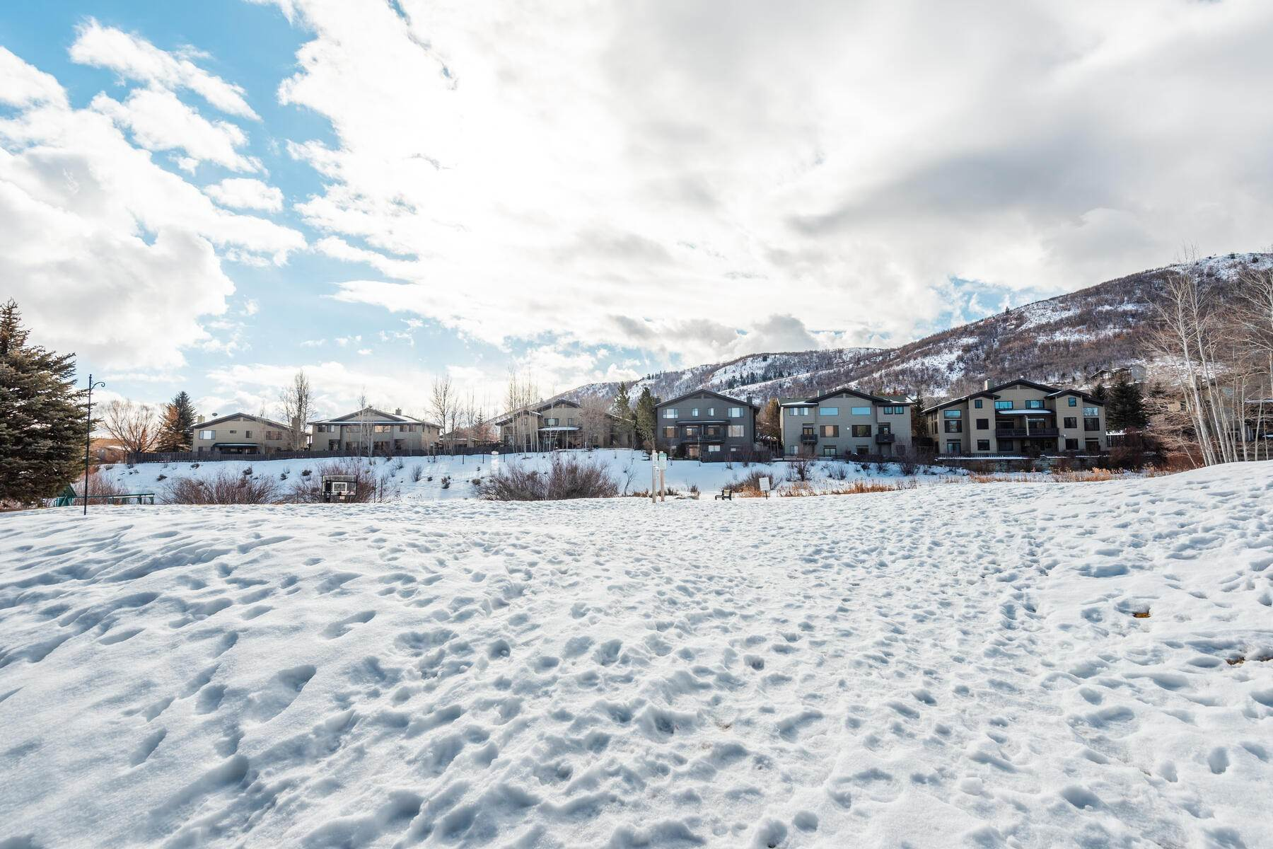 31. Single Family Homes for Sale at Great Four-Bedroom Home In Park City School District 7955 Mustang Loop Rd Park City, Utah 84098 United States