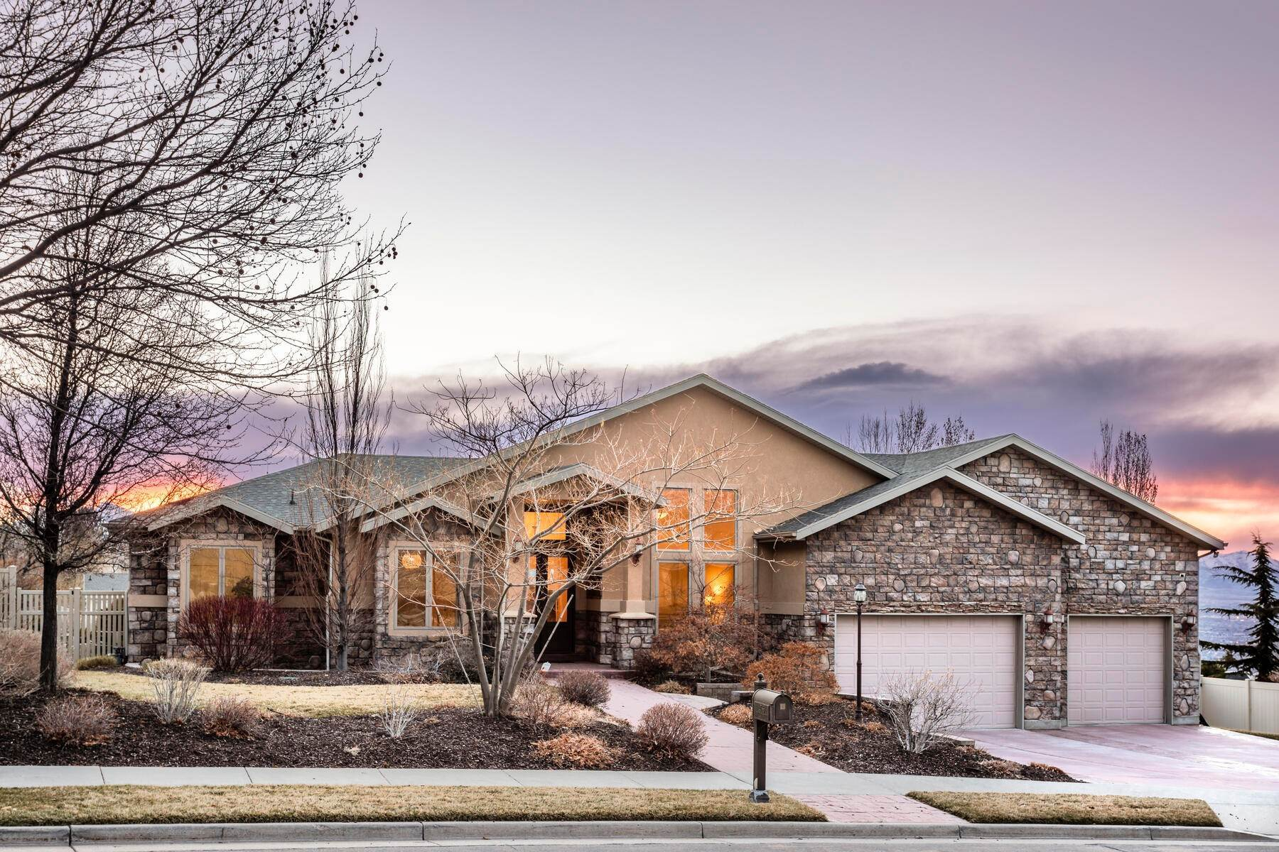 Single Family Homes للـ Sale في Beautiful rambler in Draper Heights 14786 S Pristine Drive Draper, Utah 84020 United States