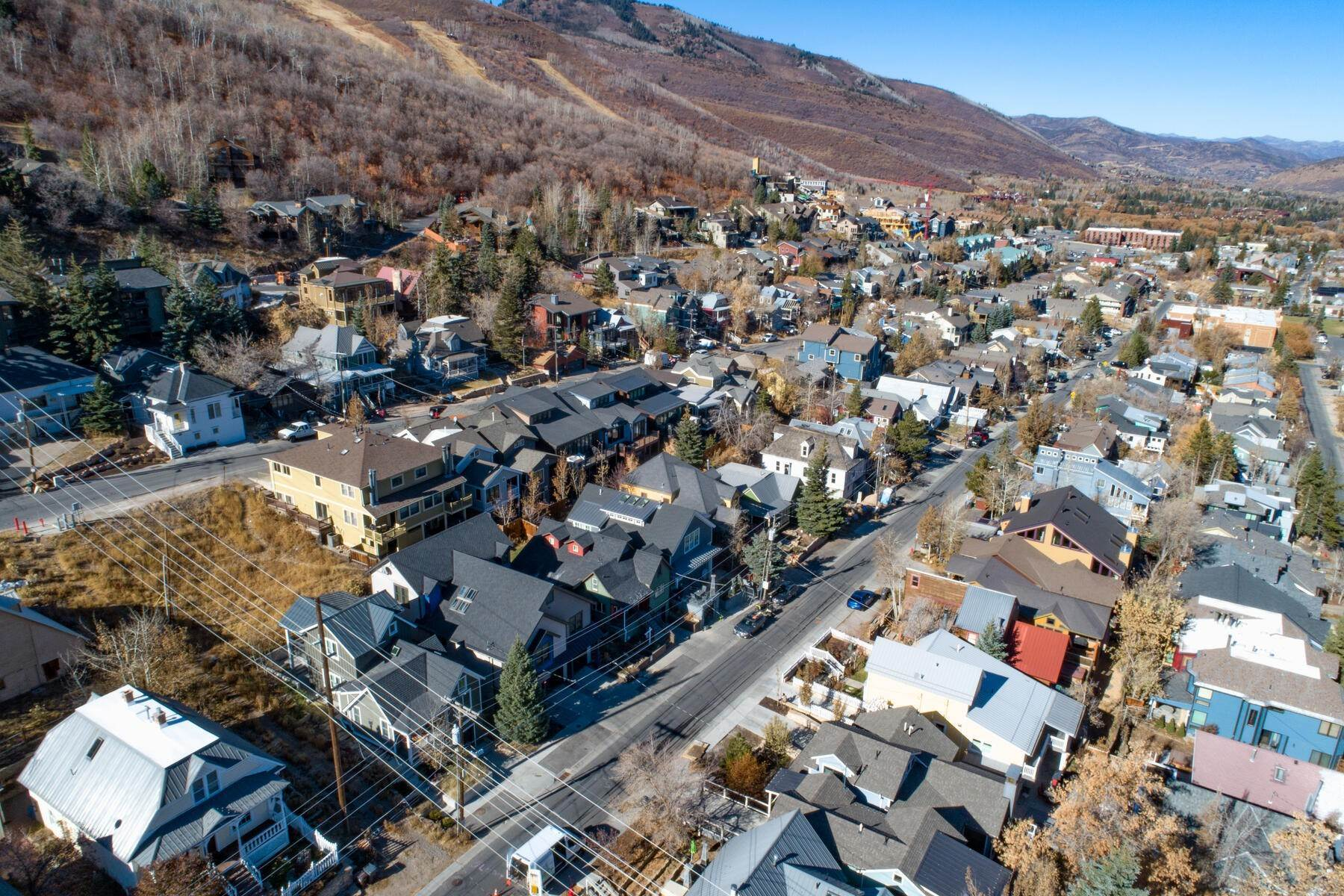 32. Single Family Homes for Sale at An Updated Turn Key Home Steps to Skiing and Main Street 915 Norfolk Ave Park City, Utah 84060 United States