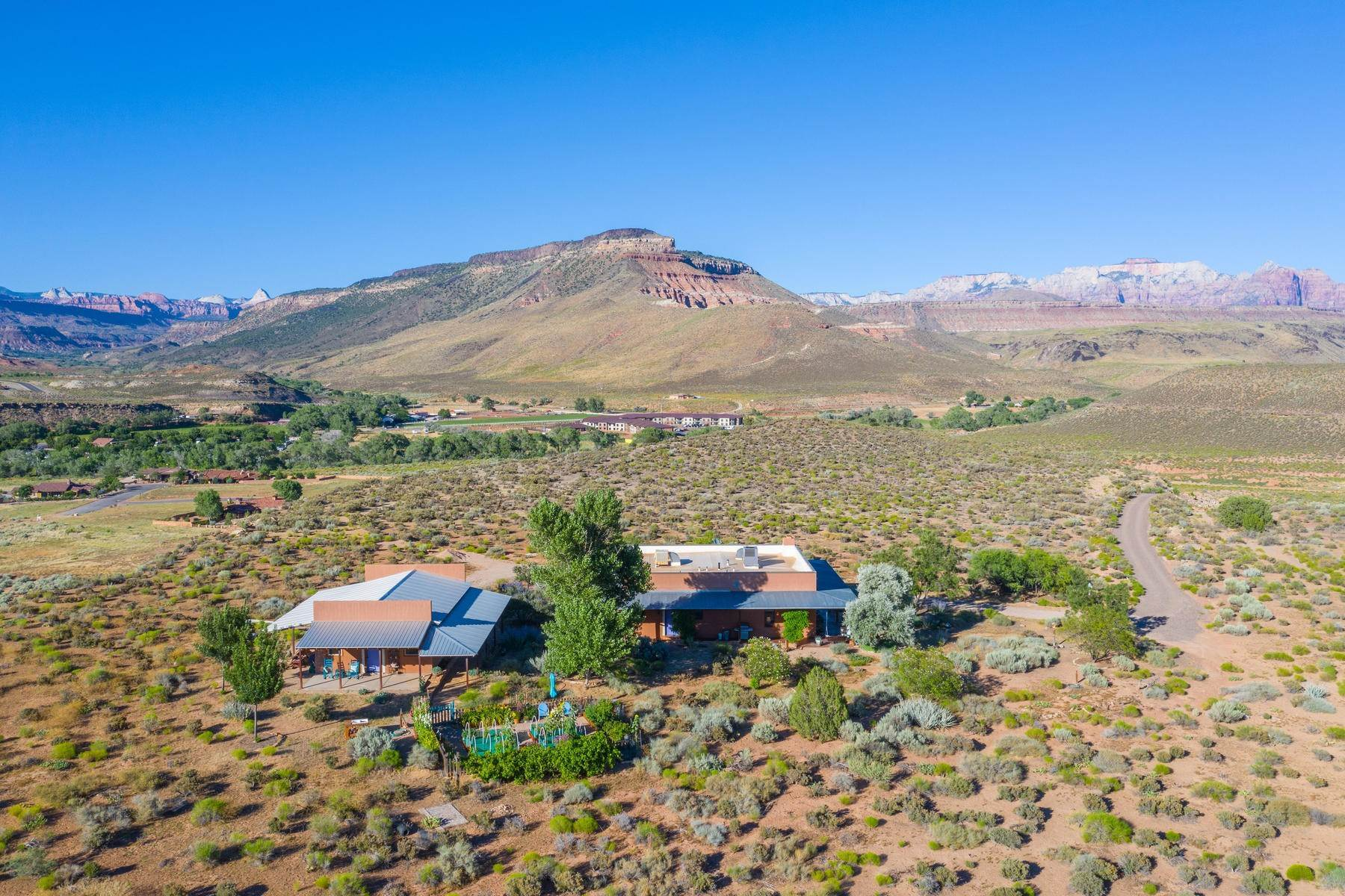 Single Family Homes por un Venta en Custom Home On Private 35-Acre Mesa Just Outside Zion 265 Red Hill Lane Virgin, Utah 84779 Estados Unidos