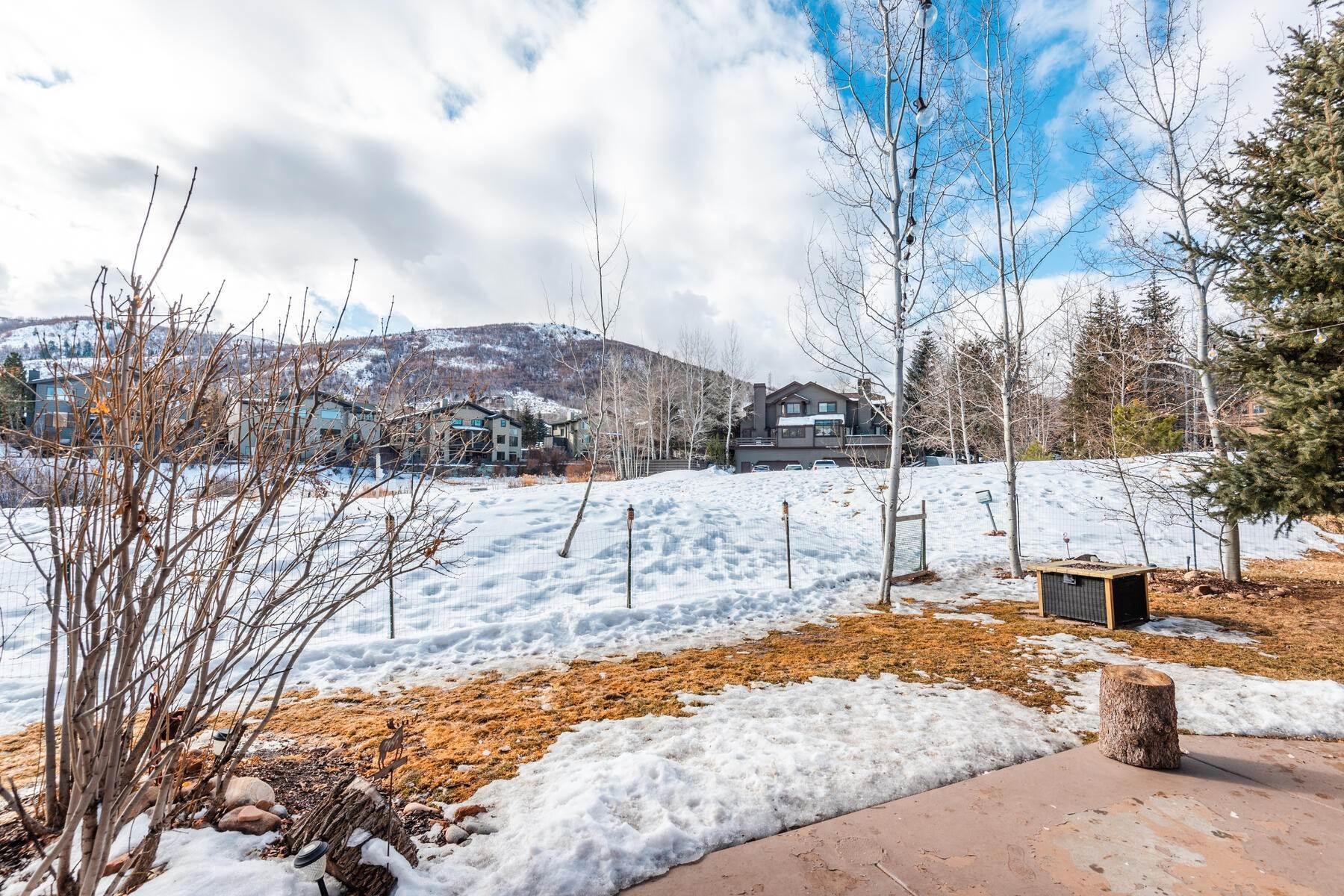 30. Single Family Homes for Sale at Great Four-Bedroom Home In Park City School District 7955 Mustang Loop Rd Park City, Utah 84098 United States
