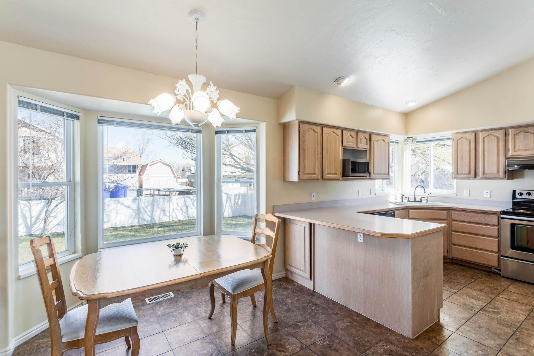 6. Single Family Homes for Sale at A Great Riverton House 3278 West 11925 South Riverton, Utah 84065 United States