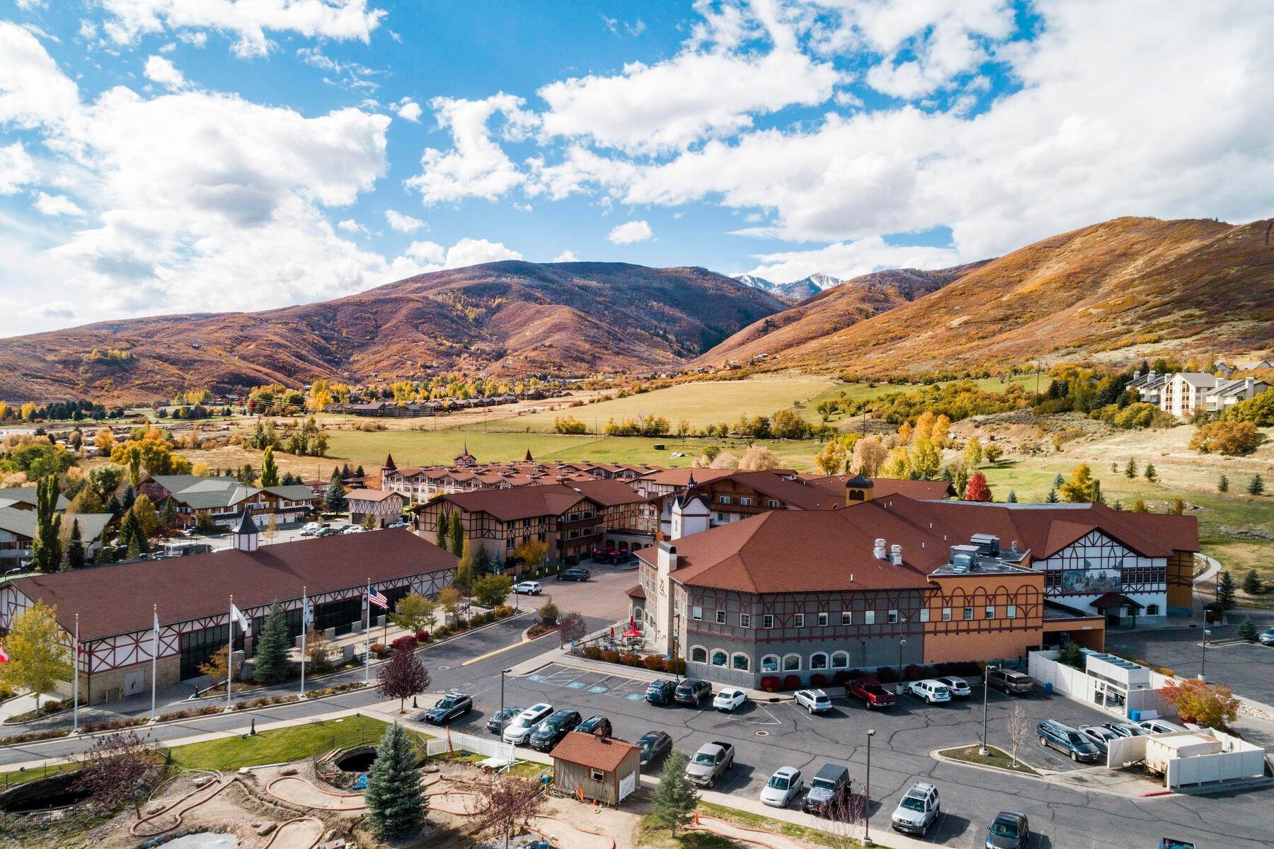 25. Condominiums for Sale at Lovely Studio Overlooking the Courtyard! 784 W Resort Drive, #234 Midway, Utah 84049 United States
