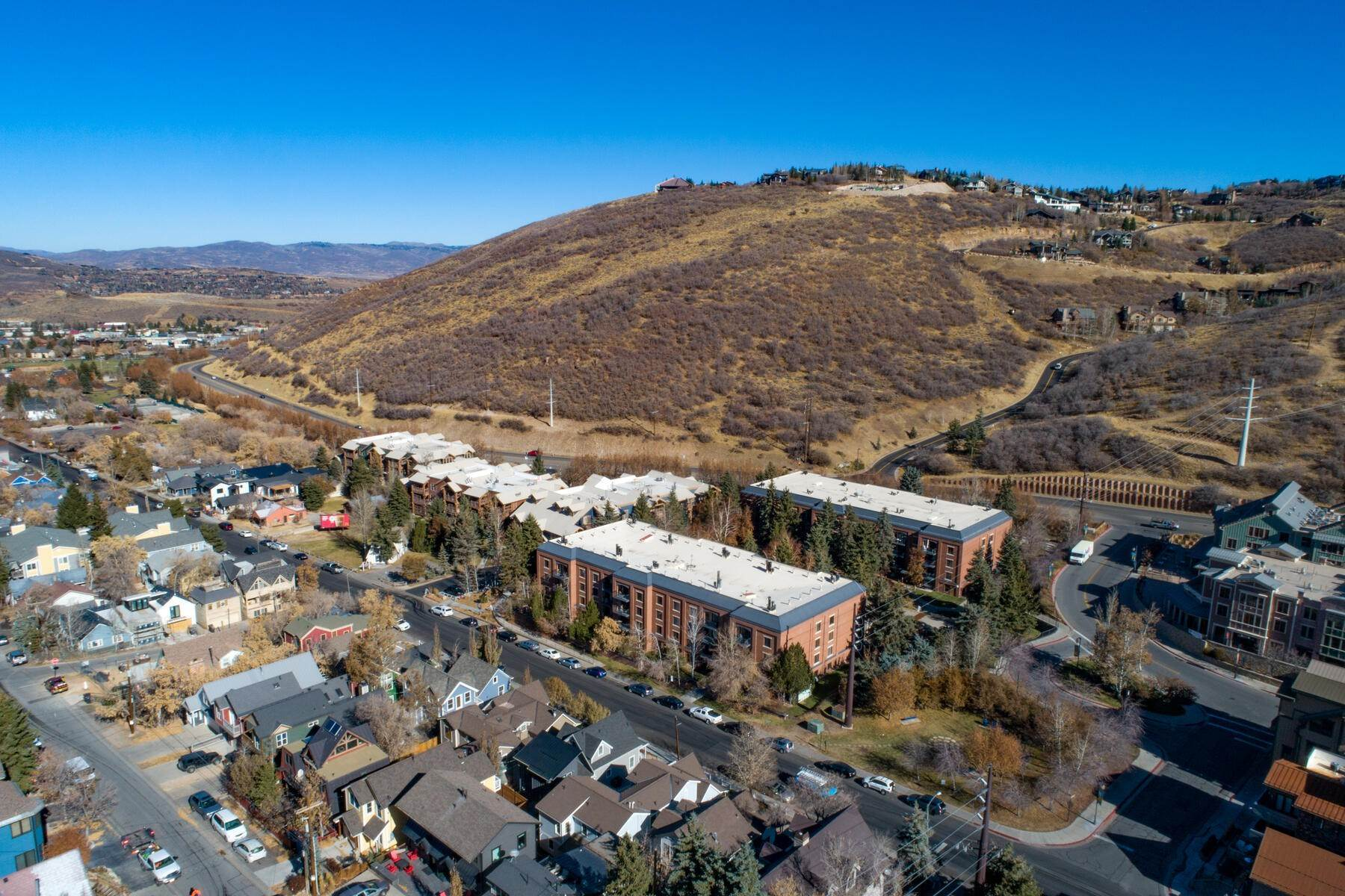 33. Single Family Homes for Sale at An Updated Turn Key Home Steps to Skiing and Main Street 915 Norfolk Ave Park City, Utah 84060 United States