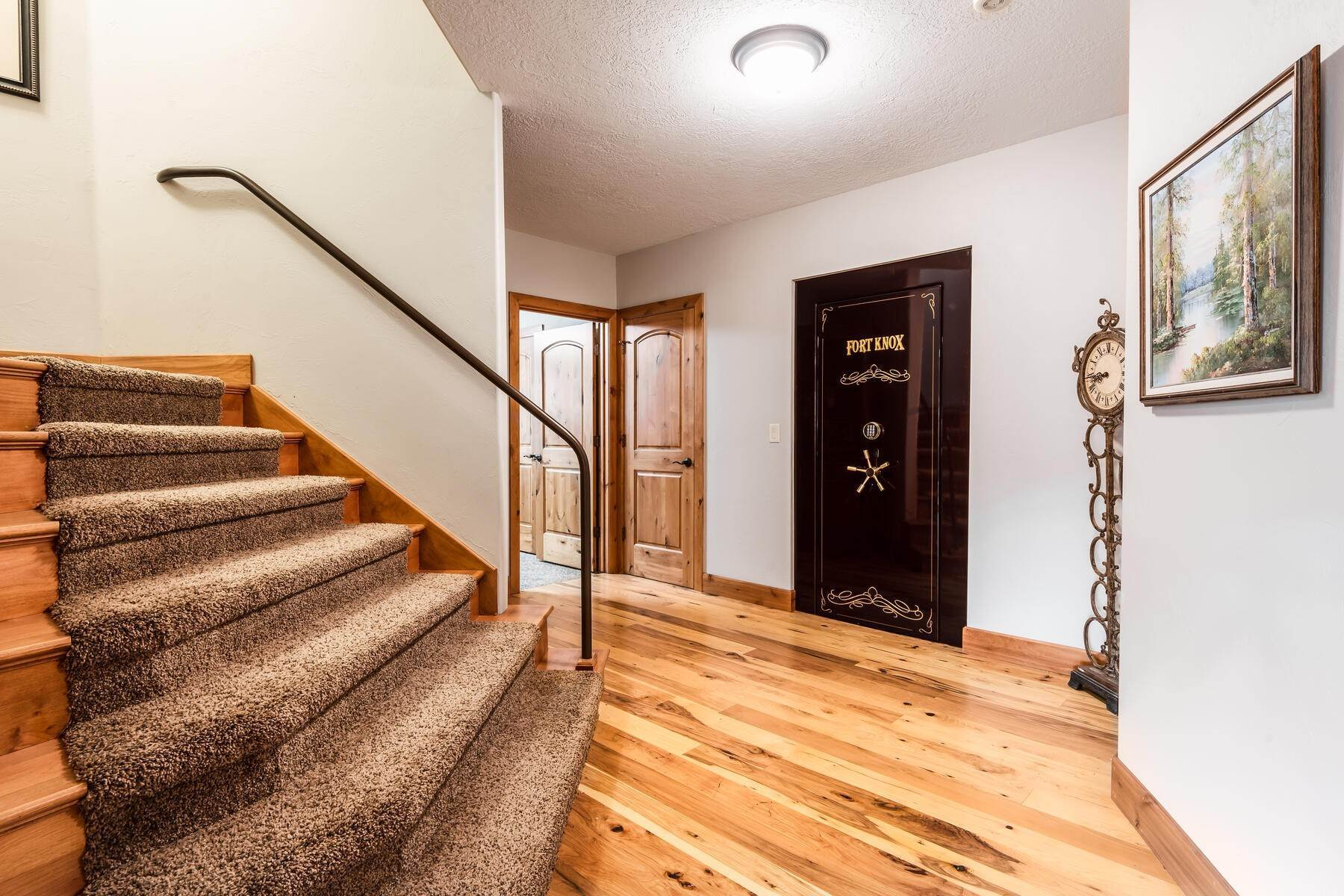 39. Single Family Homes for Sale at Beautiful 2-Story High up on Draper's East Bench 12464 S 1840 E Draper, Utah 84020 United States