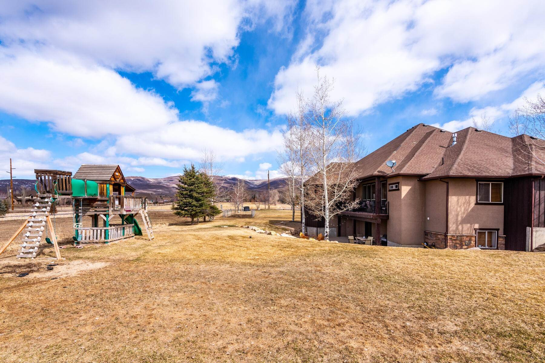 49. Single Family Homes for Sale at Expansive Home On One Acre in Oakley 5425 N Estates Ln Oakley, Utah 84055 United States