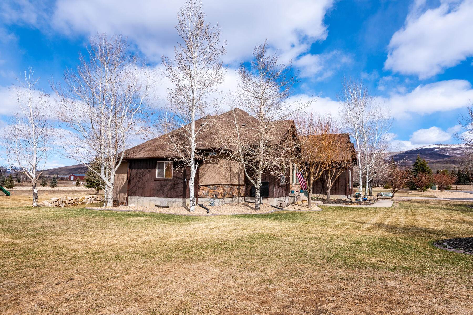 47. Single Family Homes for Sale at Expansive Home On One Acre in Oakley 5425 N Estates Ln Oakley, Utah 84055 United States