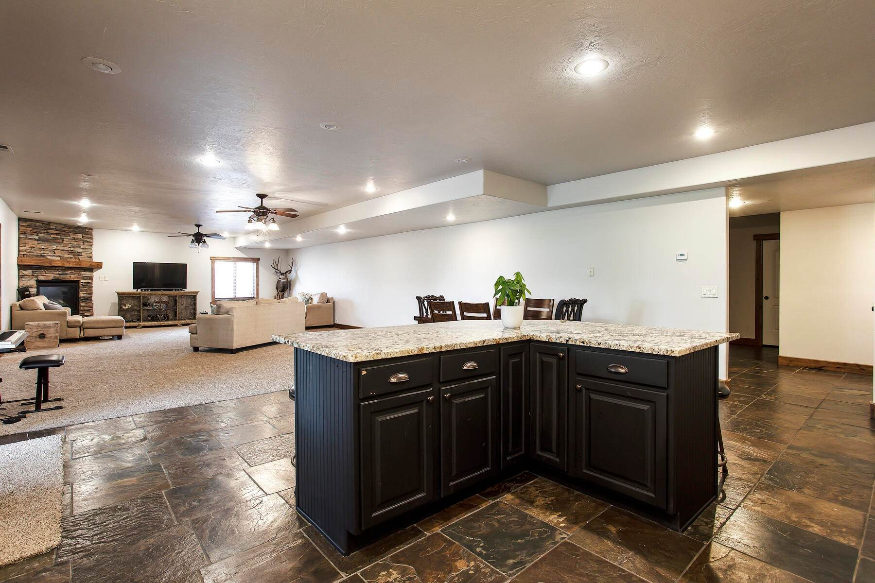 23. Single Family Homes for Sale at Expansive Home On One Acre in Oakley 5425 N Estates Ln Oakley, Utah 84055 United States
