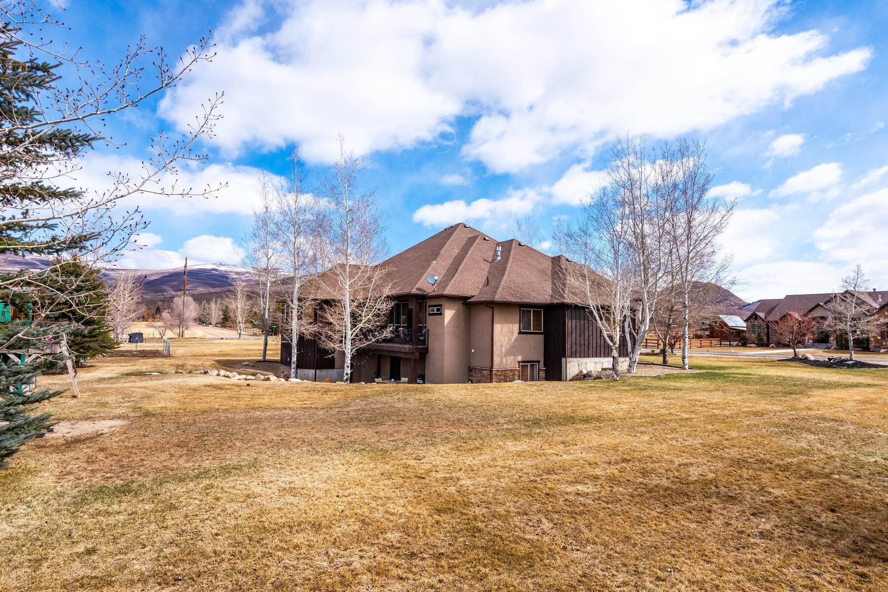 48. Single Family Homes for Sale at Expansive Home On One Acre in Oakley 5425 N Estates Ln Oakley, Utah 84055 United States