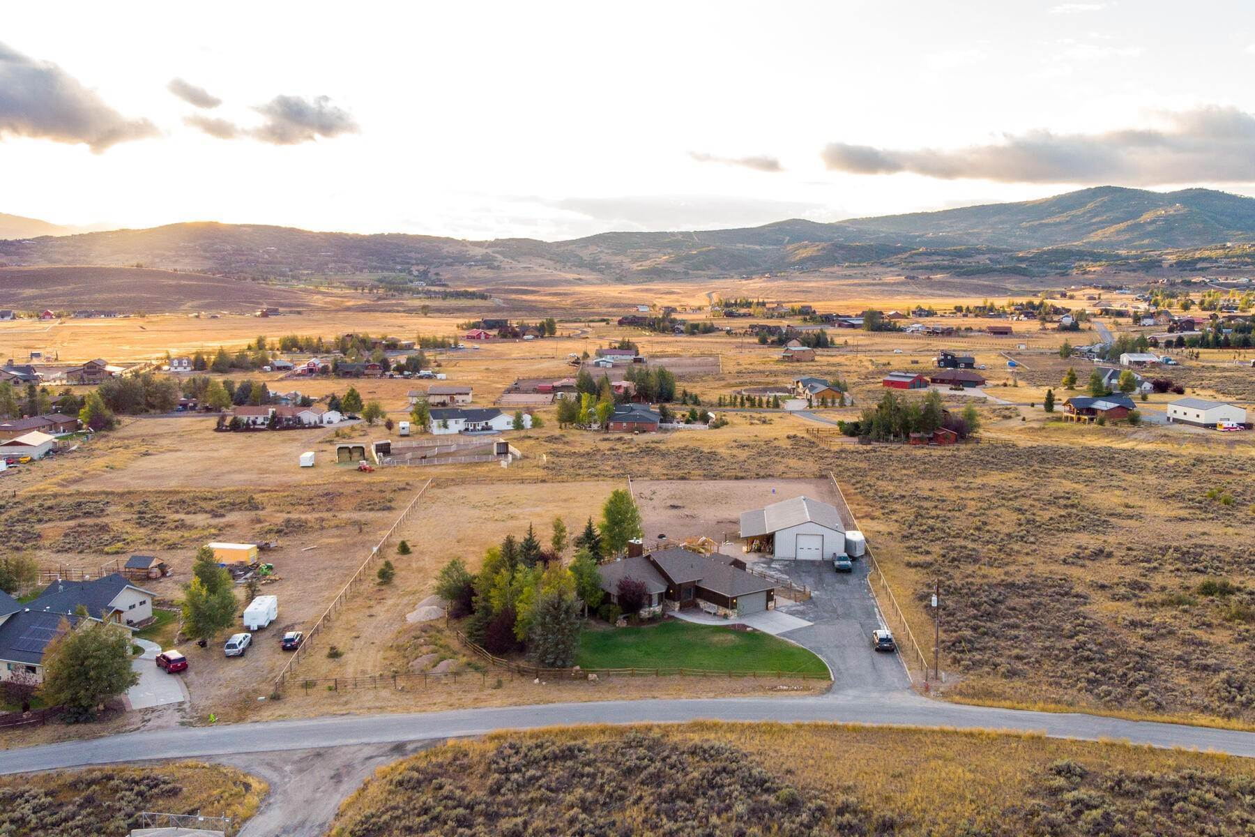 30. Single Family Homes for Sale at Space, Privacy and Views in Silver Creek 959 E Echo Lane Park City, Utah 84098 United States
