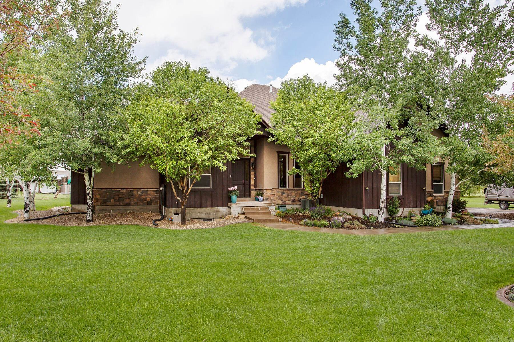 44. Single Family Homes for Sale at Expansive Home On One Acre in Oakley 5425 N Estates Ln Oakley, Utah 84055 United States