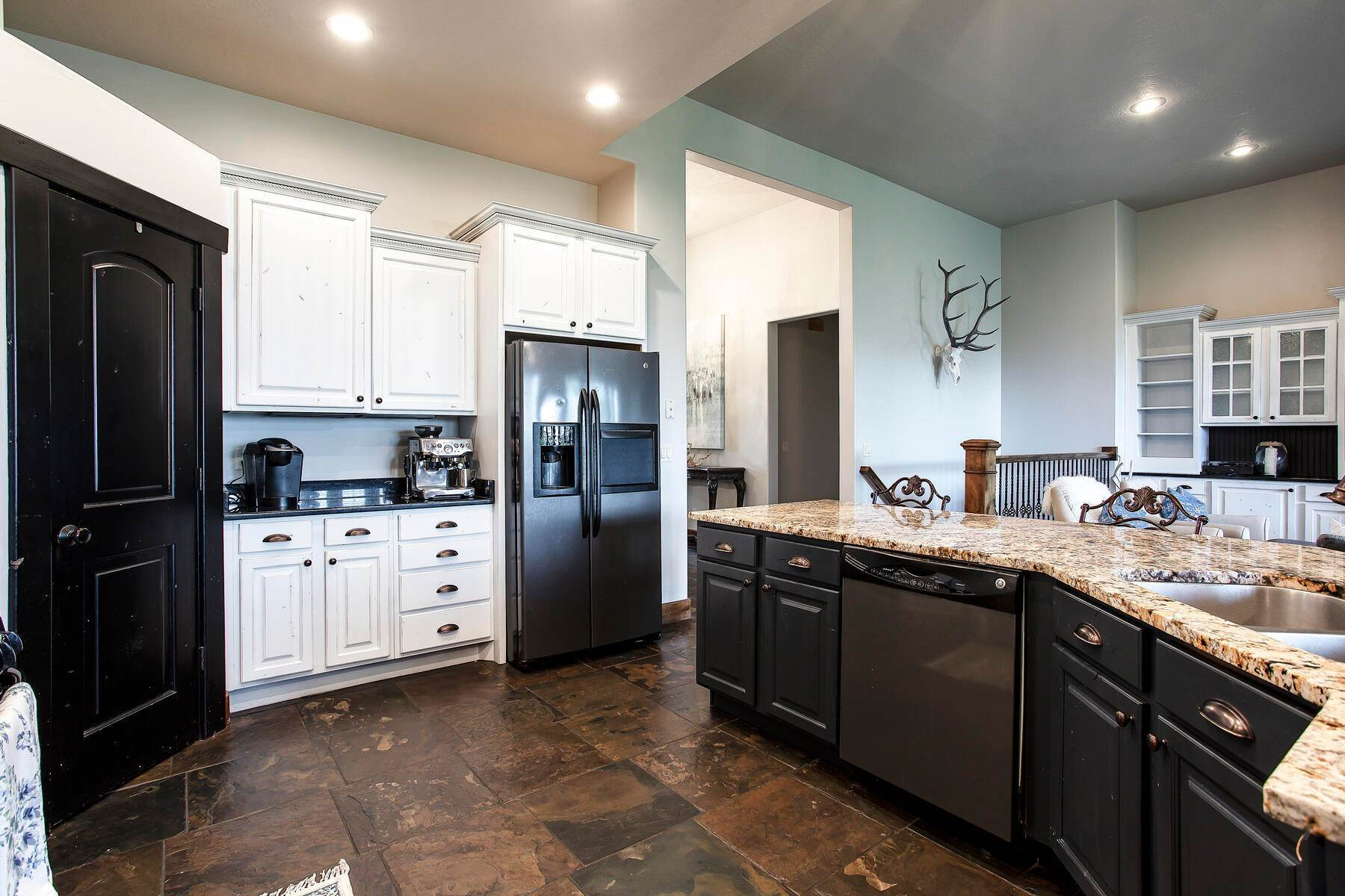 13. Single Family Homes for Sale at Expansive Home On One Acre in Oakley 5425 N Estates Ln Oakley, Utah 84055 United States
