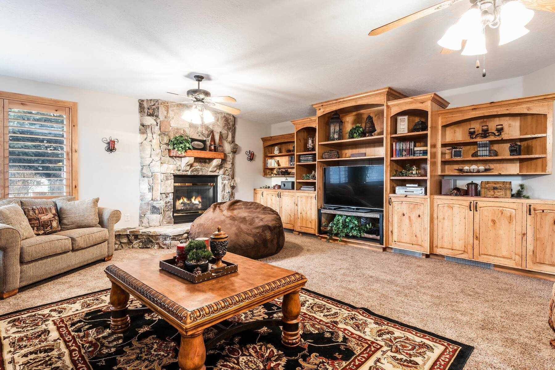 27. Single Family Homes for Sale at Beautiful 2-Story High up on Draper's East Bench 12464 S 1840 E Draper, Utah 84020 United States