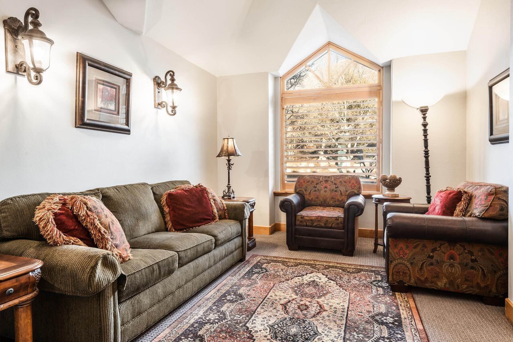 19. Single Family Homes for Sale at Beautiful 2-Story High up on Draper's East Bench 12464 S 1840 E Draper, Utah 84020 United States